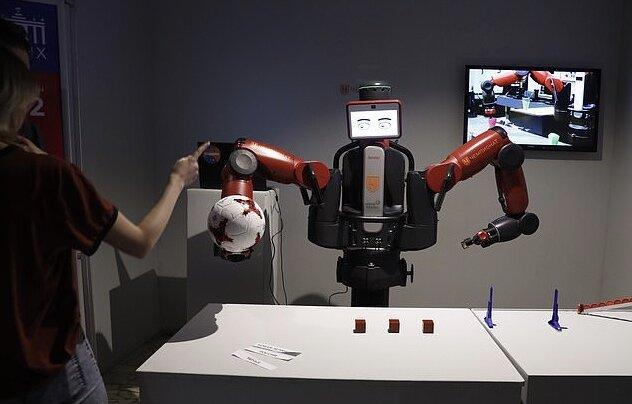 روباتی هوشمند که به بیماران لباس می پوشاند