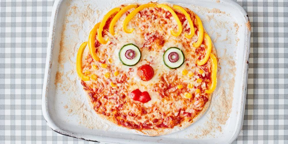 طرز تهیه پیتزا سبزیجات خانگی با تزیین بچگانه