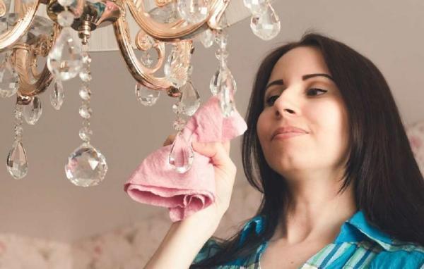 برترین روش های تمیز کردن لوستر کریستالی برای خانه تکانی عید نوروز