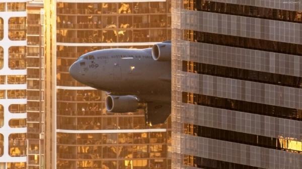 تور استرالیا: تصاویر زیبای مانور هواپیماهای بزرگ C، 17 در میان ساختمان های شهری بریزبن استرالیا